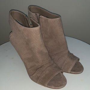 NWOT Vince Camuto Kentvi Peep Toe Leather Sandals